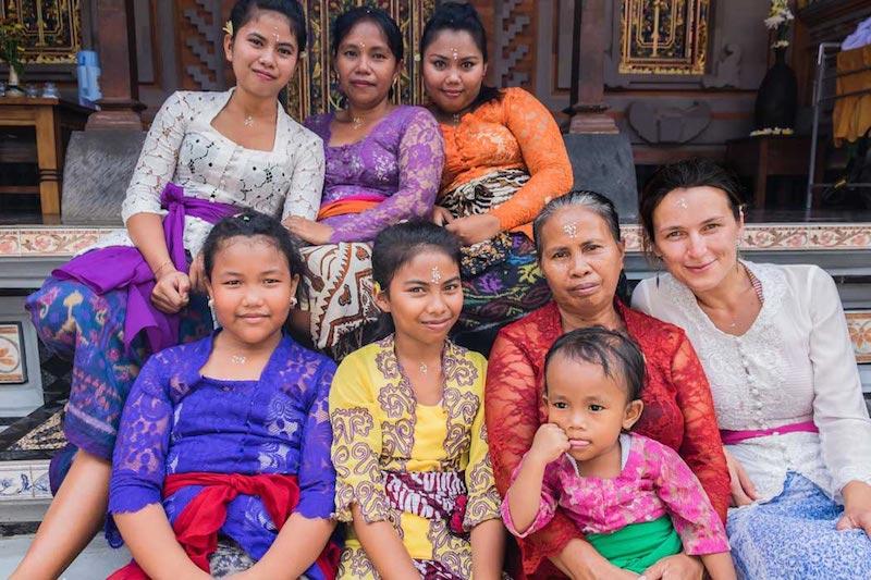 Ivana s hosťujúcou rodinou na Bali