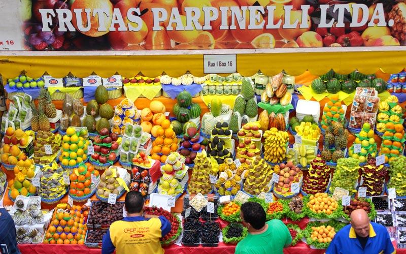 Brazílske ovocie na miestnom trhu