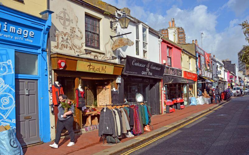 Brighton Lanes ulička s obchodíkmi