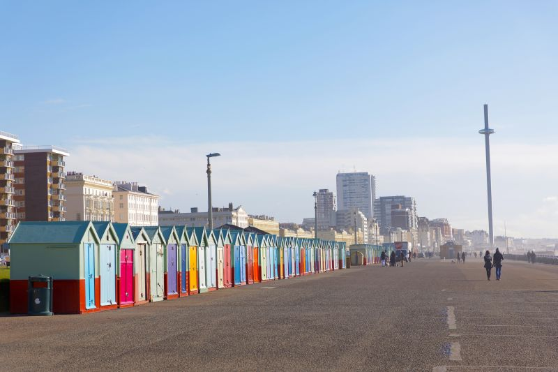 Brighton promenáda pláž s farebnými domčekami.