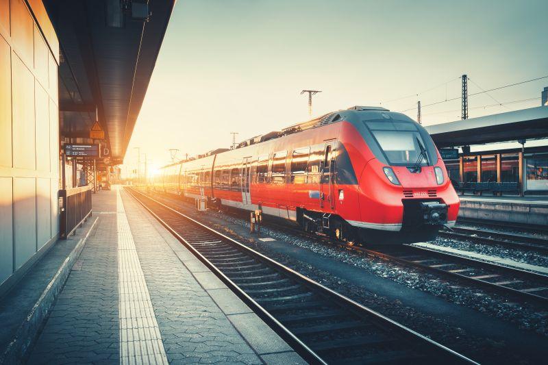 Červený vlak prichádza do stanice